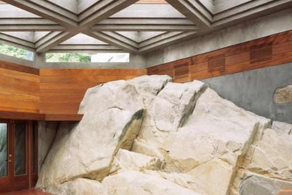 Integración de la piedra en la vivienda - Arquitectura de Lloyd Wright en Petra Island -  Foto: EFE