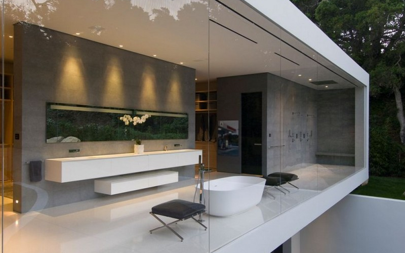 Una vista del baño en la Luxury Glass Pavilion House de Steve Hermann