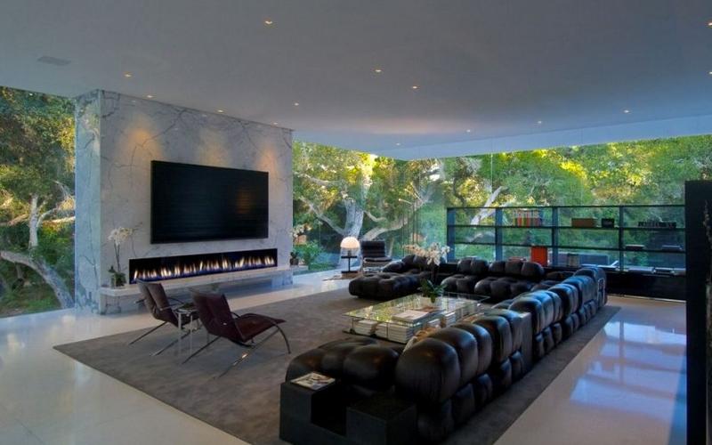 En Luxury Glass Pavilion House también hay tiempo para ver la tele
