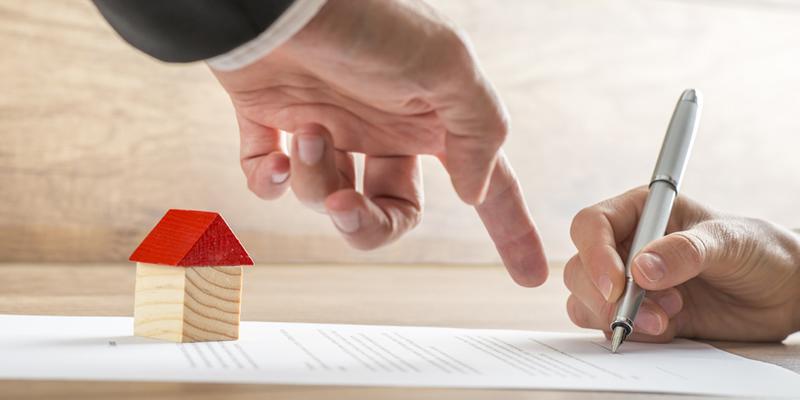 firmando una hipoteca